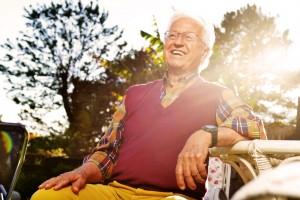 anziano seduto in giardino al tramonto